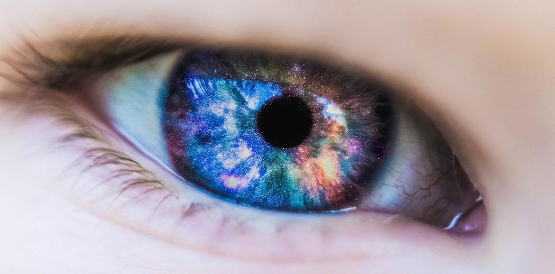 Ojo reflejando el universo