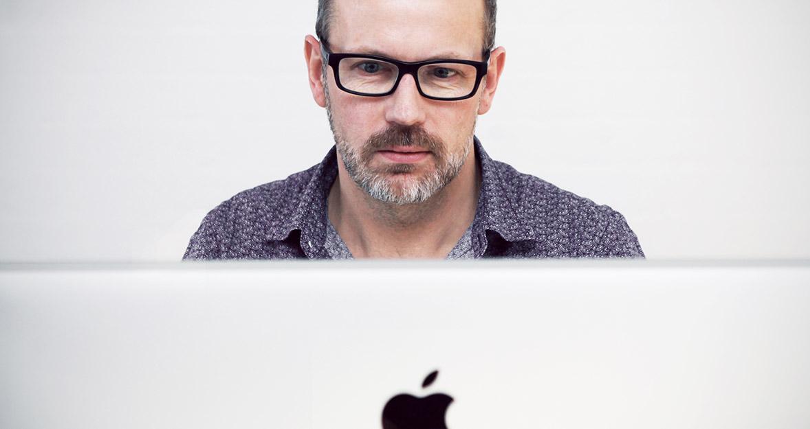Hombre con MacBook