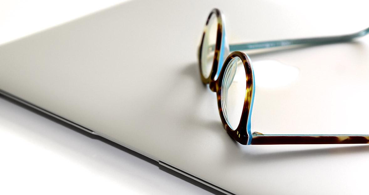 Ordenador y gafas