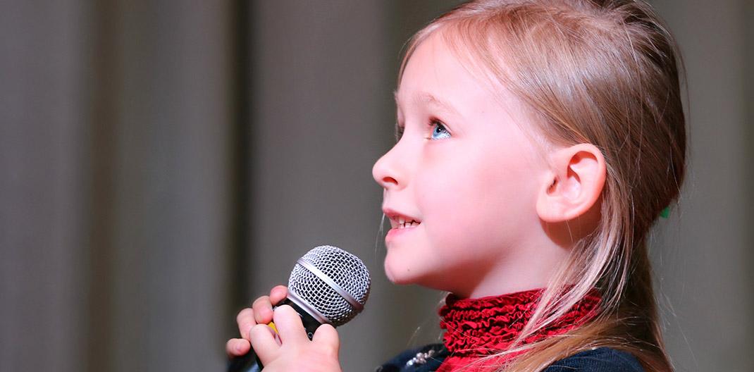 Niña con micrófono