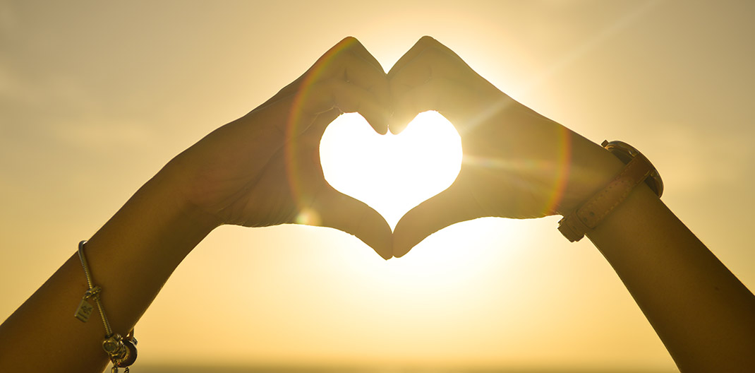 Manos formando corazón