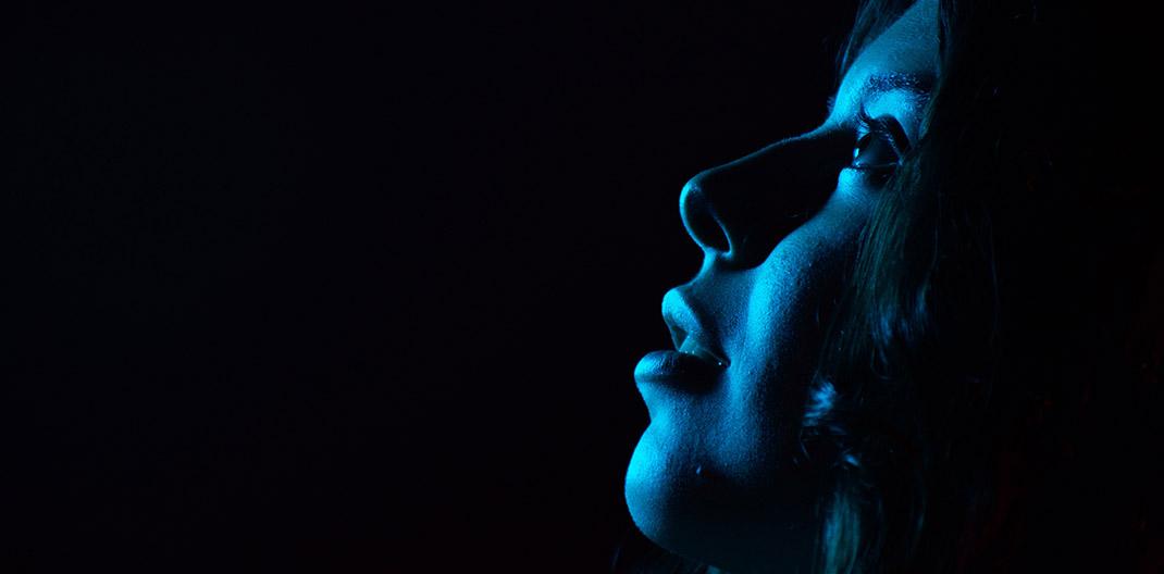 Cara con luz azul